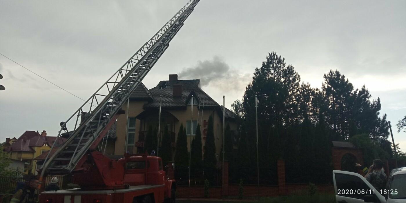 У Трускавці блискавка влучила в готель. На місці працюють пожежники (Відео, фото), фото-1, фото - 03247.com.ua