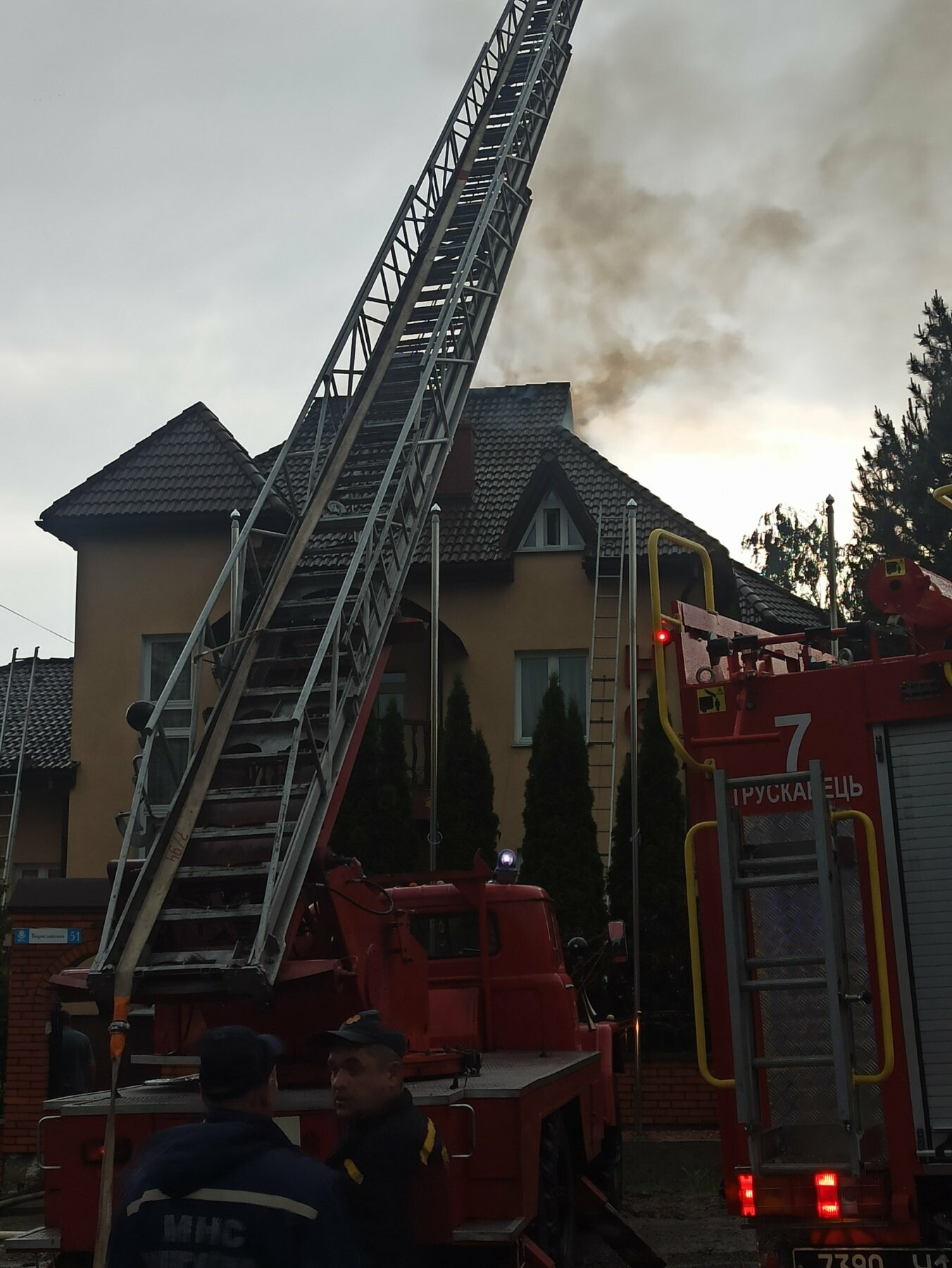 У Трускавці блискавка влучила в готель. На місці працюють пожежники (Відео, фото), фото-5, фото - 03247.com.ua