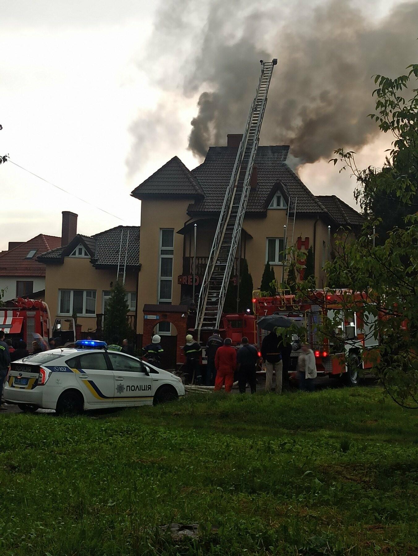 У Трускавці блискавка влучила в готель. На місці працюють пожежники (Відео, фото), фото-2, фото - 03247.com.ua