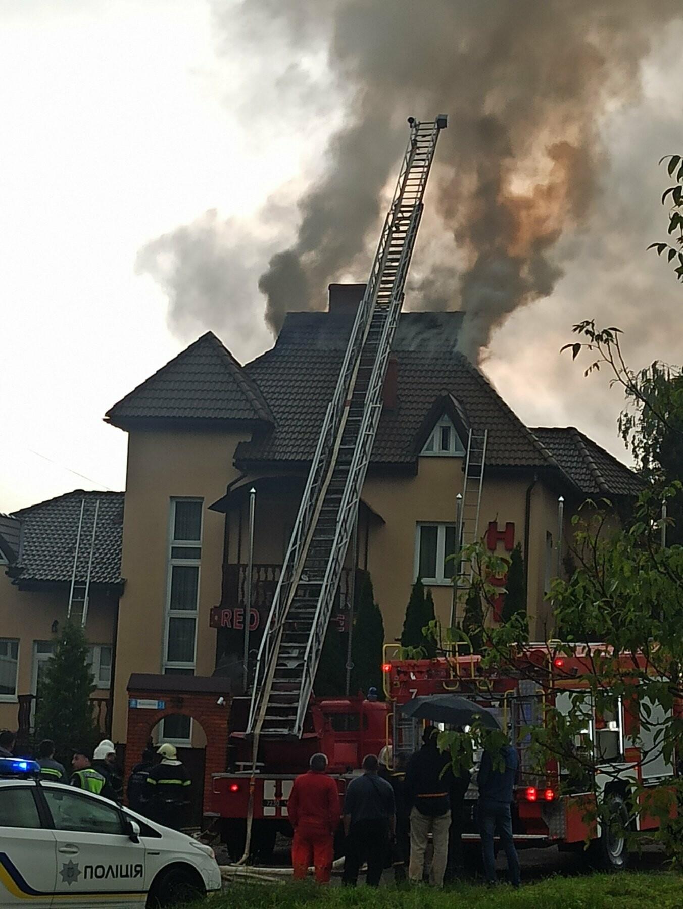 У Трускавці блискавка влучила в готель. На місці працюють пожежники (Відео, фото), фото-3, фото - 03247.com.ua