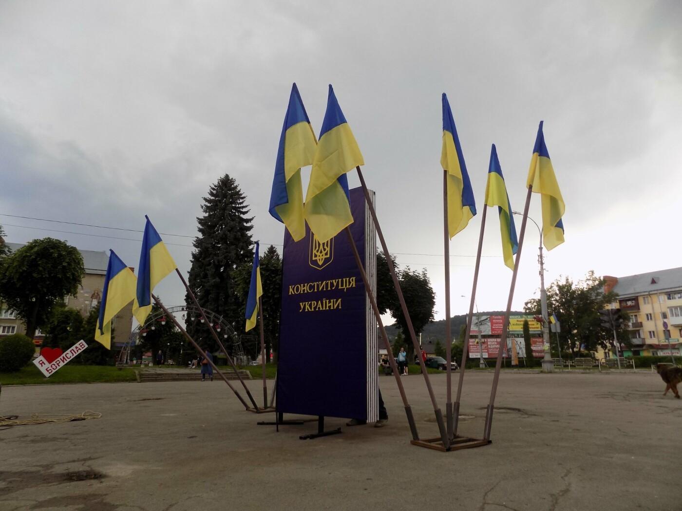 У центрі Борислава встановили двометрову Конституцію (ФОТО), фото-1