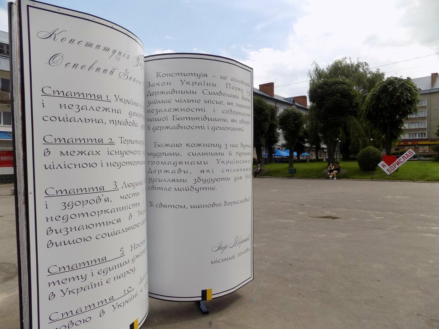 У центрі Борислава встановили двометрову Конституцію (ФОТО), фото-3