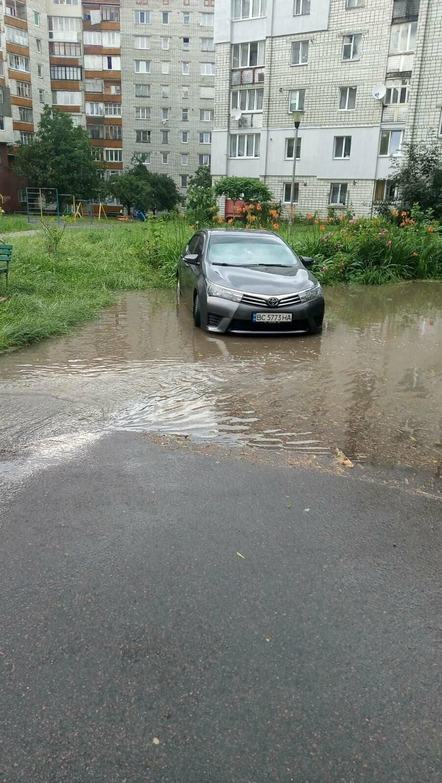 Раптова злива у Трускавці затопила під'їзди, фото-4