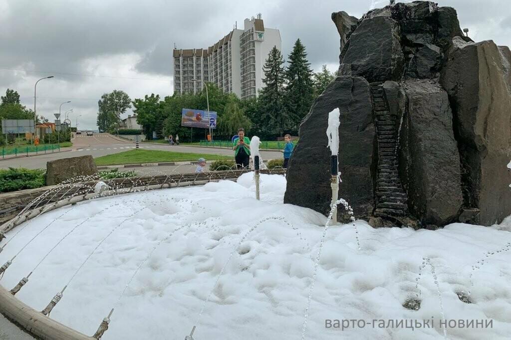 Фонтан у Трускавці перетворили в пінне джакузі, фото-1
