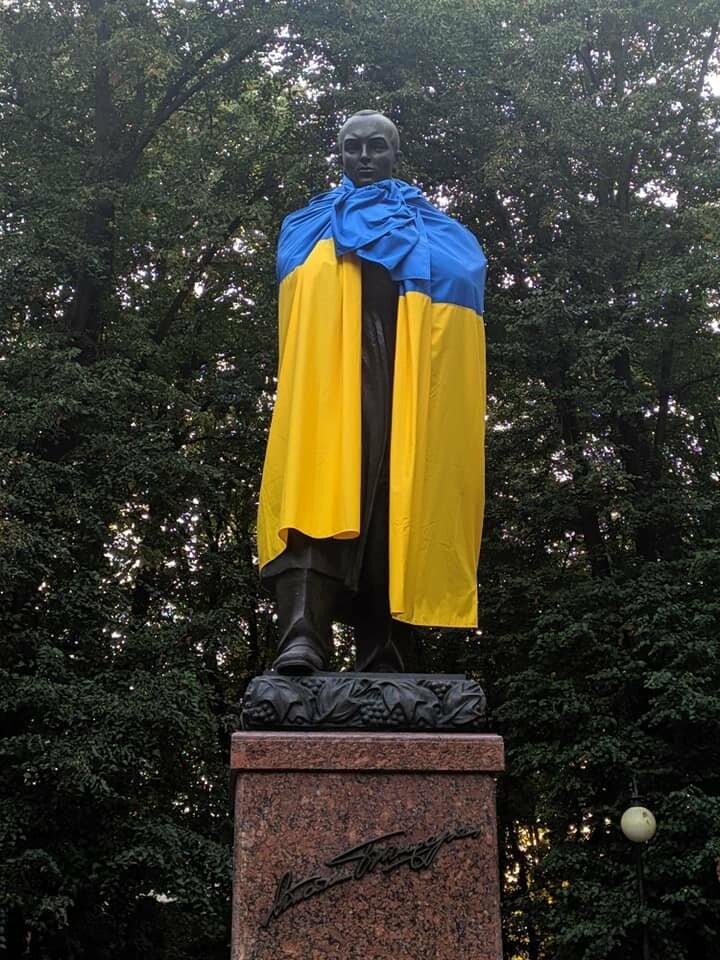 У Дрогобичі Шевченка, Бандеру та Дрогобича одягнули в синьо-жовті стяги, фото-2