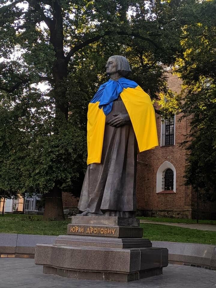У Дрогобичі Шевченка, Бандеру та Дрогобича одягнули в синьо-жовті стяги, фото-1
