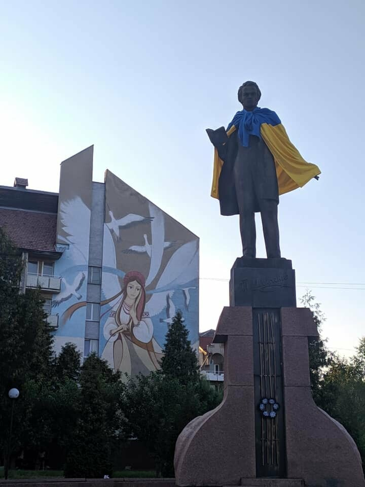 У Дрогобичі Шевченка, Бандеру та Дрогобича одягнули в синьо-жовті стяги, фото-3