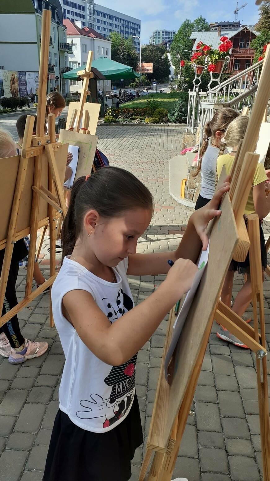 Юні трускавчани пишуть картини на подвір'ї музею Біласа (ФОТО), фото-5