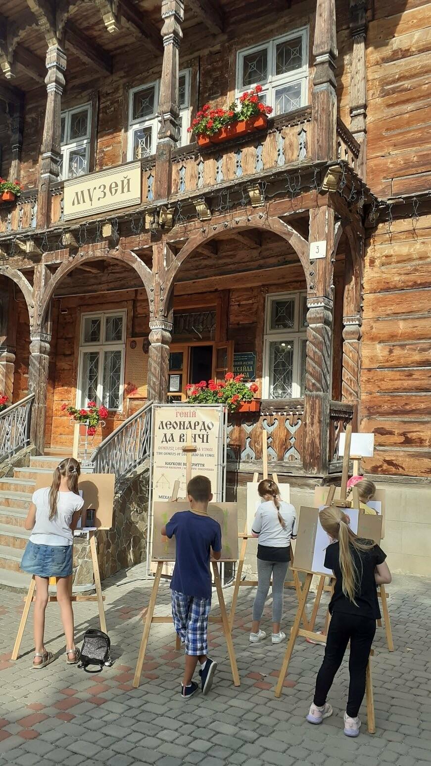 Юні трускавчани пишуть картини на подвір'ї музею Біласа (ФОТО), фото-2