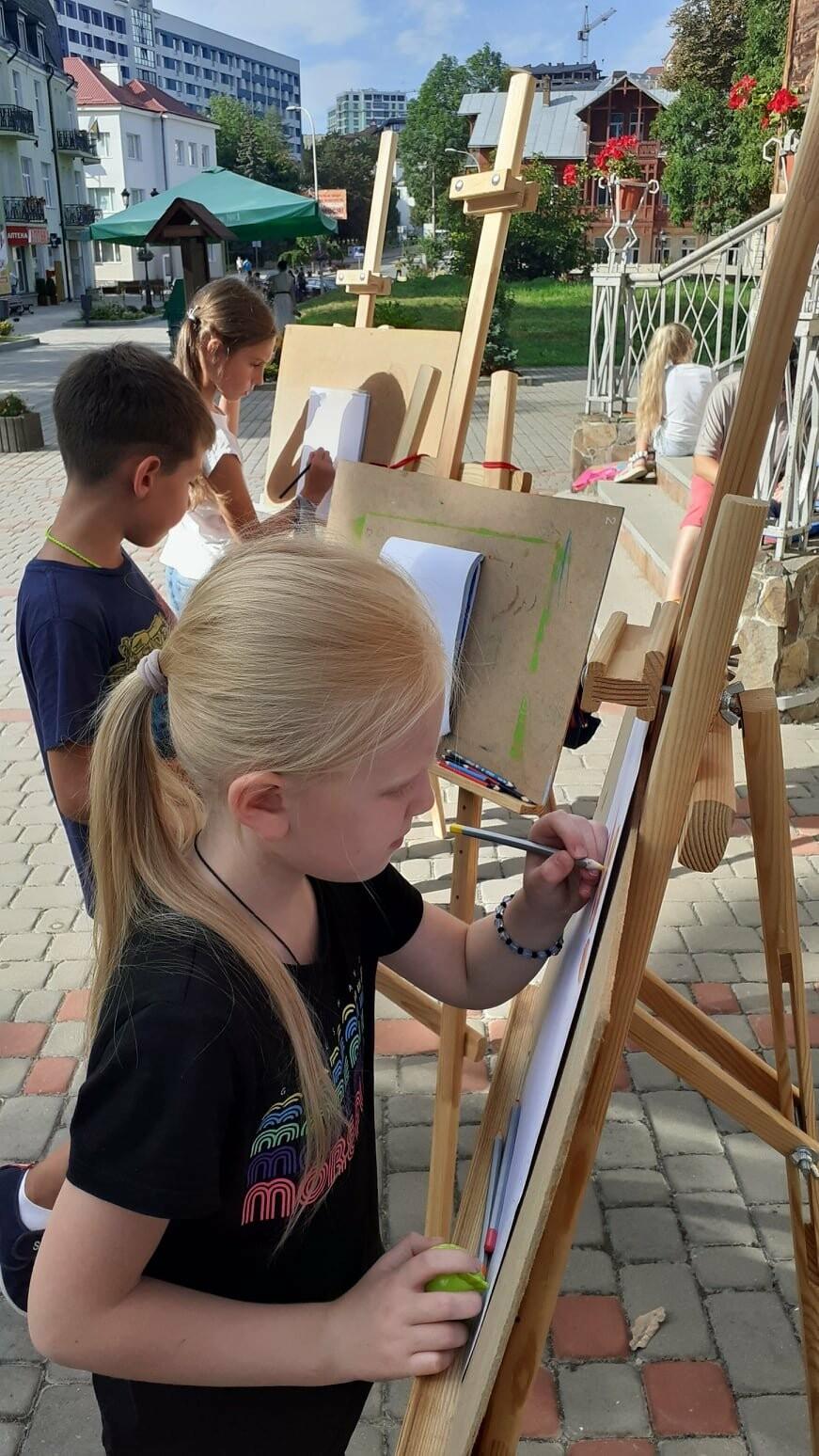 Юні трускавчани пишуть картини на подвір'ї музею Біласа (ФОТО), фото-7