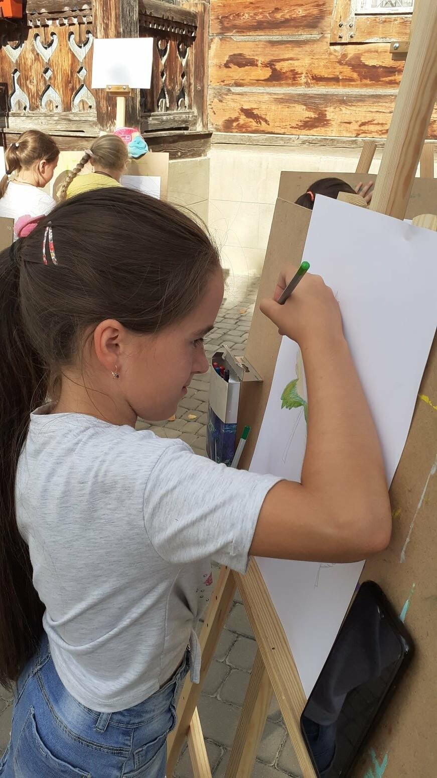 Юні трускавчани пишуть картини на подвір'ї музею Біласа (ФОТО), фото-8
