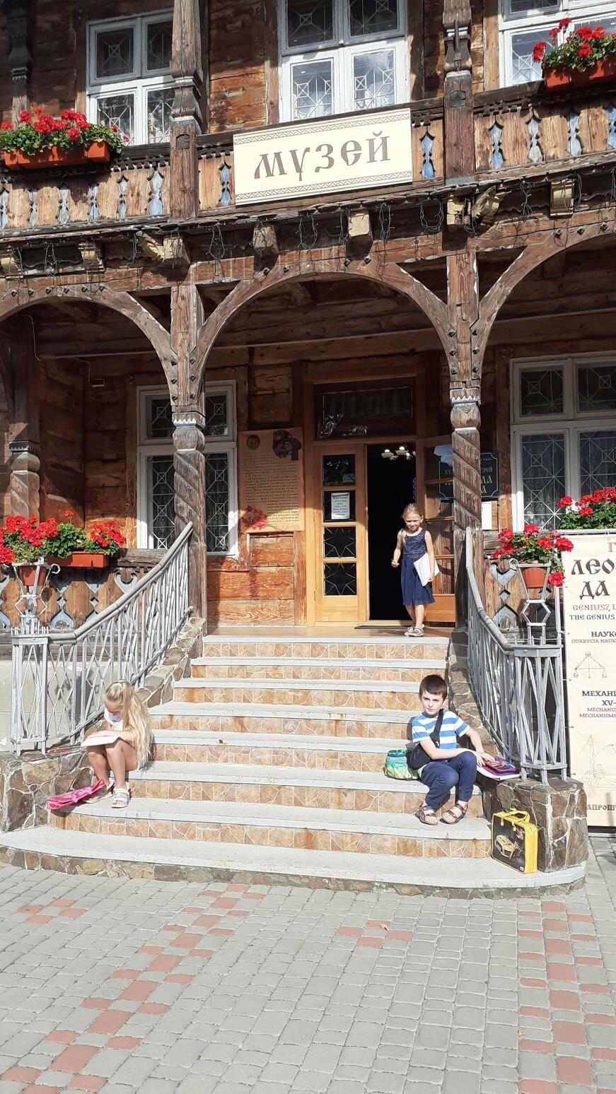 Юні трускавчани пишуть картини на подвір'ї музею Біласа (ФОТО), фото-3