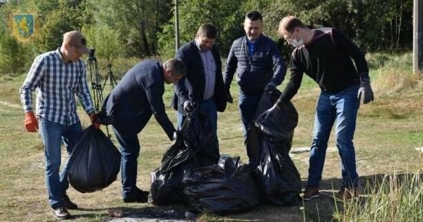 Як посадовці з Києва та Львова прибирали Трускавецьке озеро, фото-1