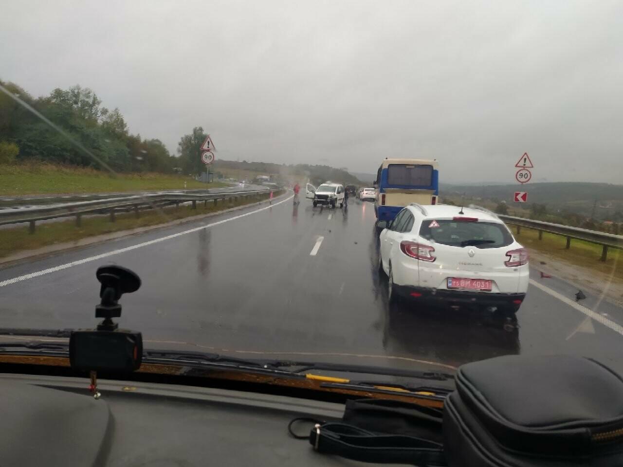 ДТП на трасі Київ-Чоп: водій не впорався з керуванням і влетів у відбійник, фото-1