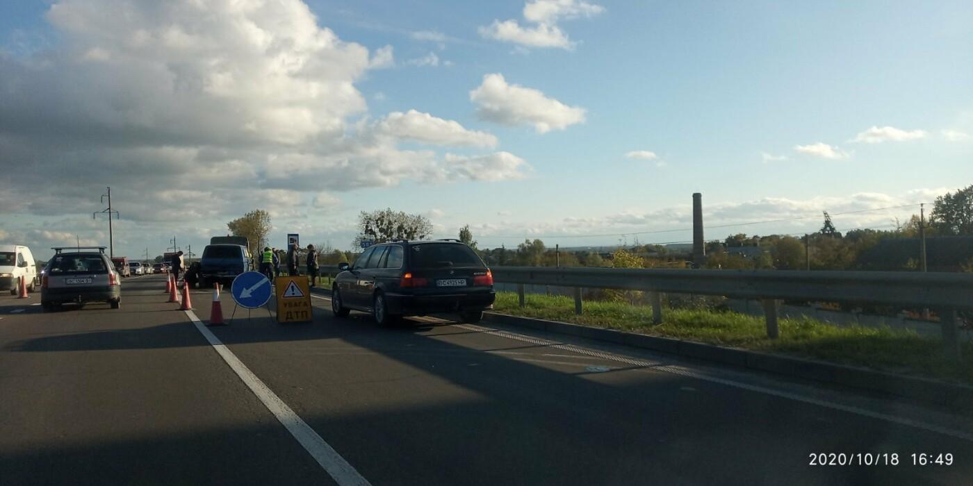 У Розвадові на трасі Київ-Чоп зіткнулись легковик та мікроавтобус, фото-1