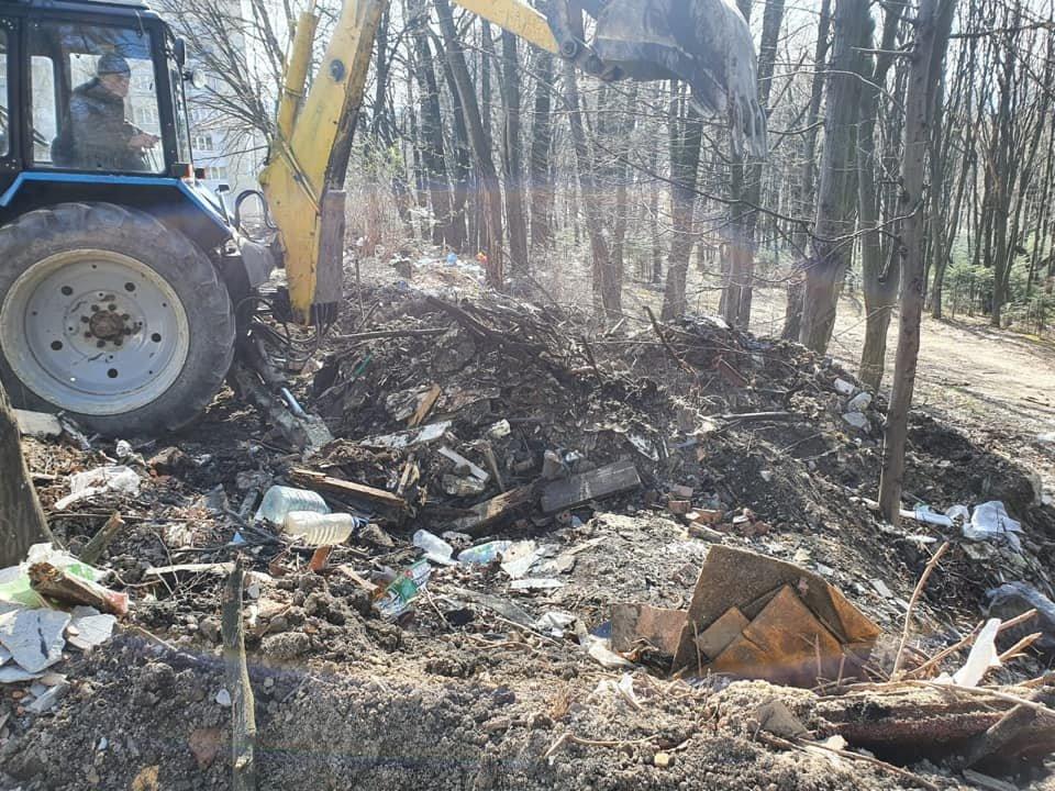 У Трускавці ліквідовують стихійне сміттєзвалище, фото-1, Фото - сторінка у Facebook Андрій Кульчинський