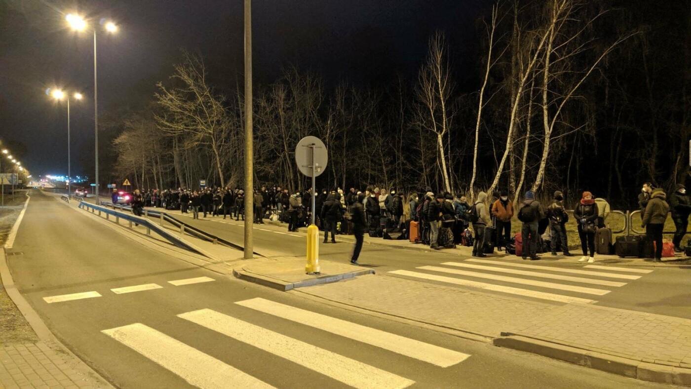 Сотні українців застрягли на кордоні з Польщею , фото-2, Фото - varta1
