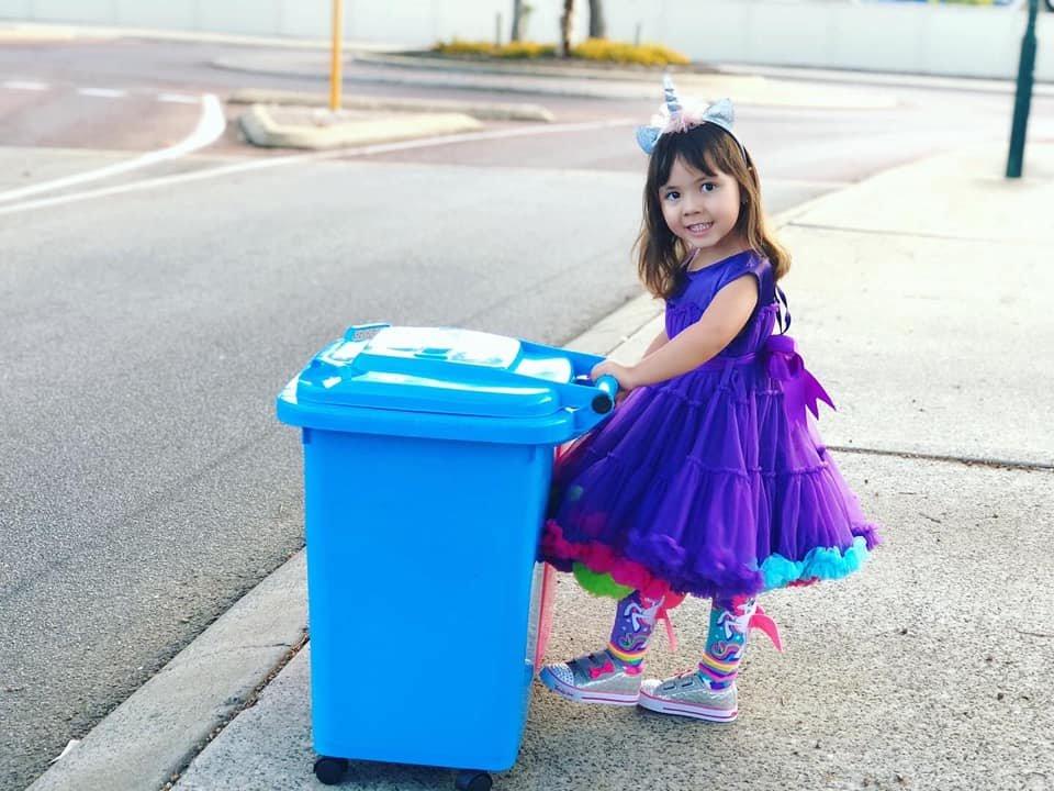 Коронавірус в Австралії: мешканці виносять сміття в карнавальних костюмах. Відео, фото-5