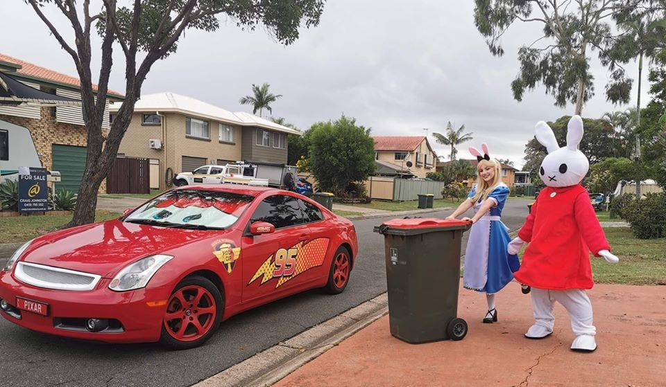 Коронавірус в Австралії: мешканці виносять сміття в карнавальних костюмах. Відео, фото-3