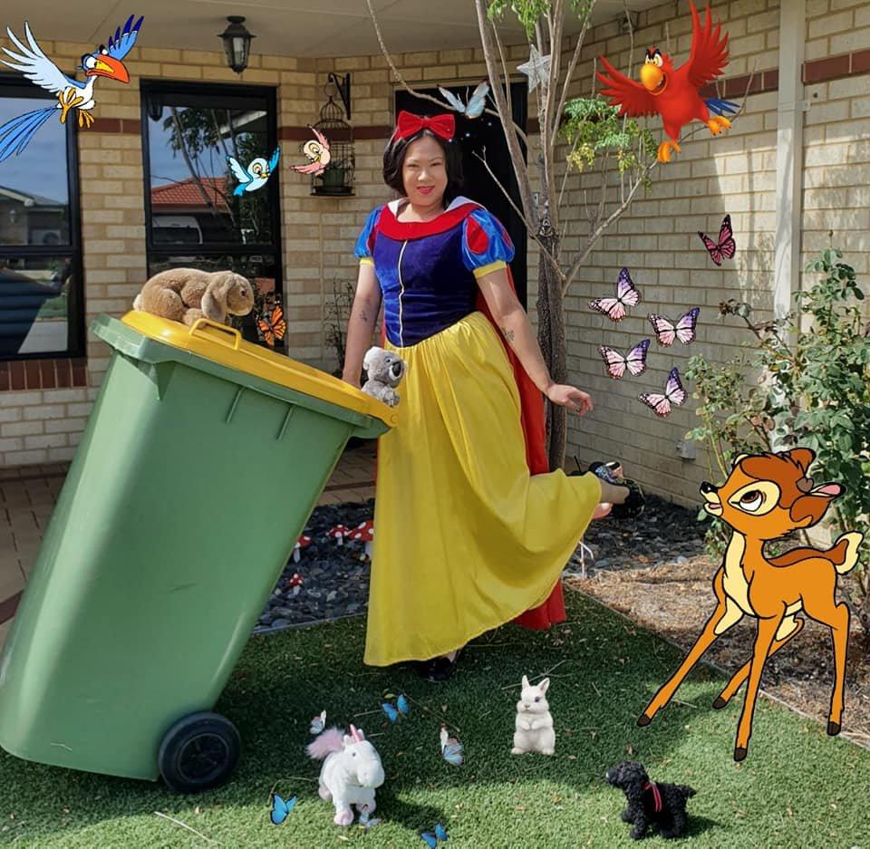 Коронавірус в Австралії: мешканці виносять сміття в карнавальних костюмах. Відео, фото-1