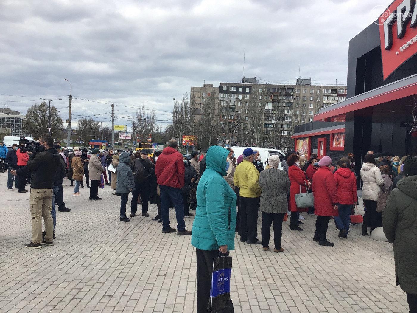 Маріупольці знехтували карантином й заради знижок штурмували супермаркет. ФОТО, фото-3, 0629.com.ua