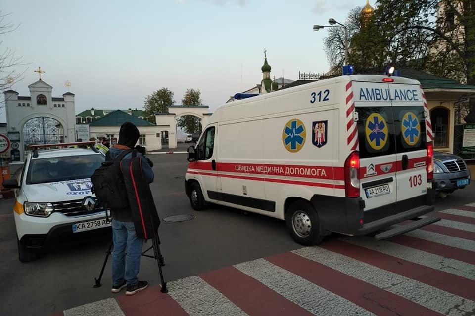 "Карети ""швидкої"" масово вивозили важкохворих з Києво-Печерської Лаври, фото-1, Solovey Igor"
