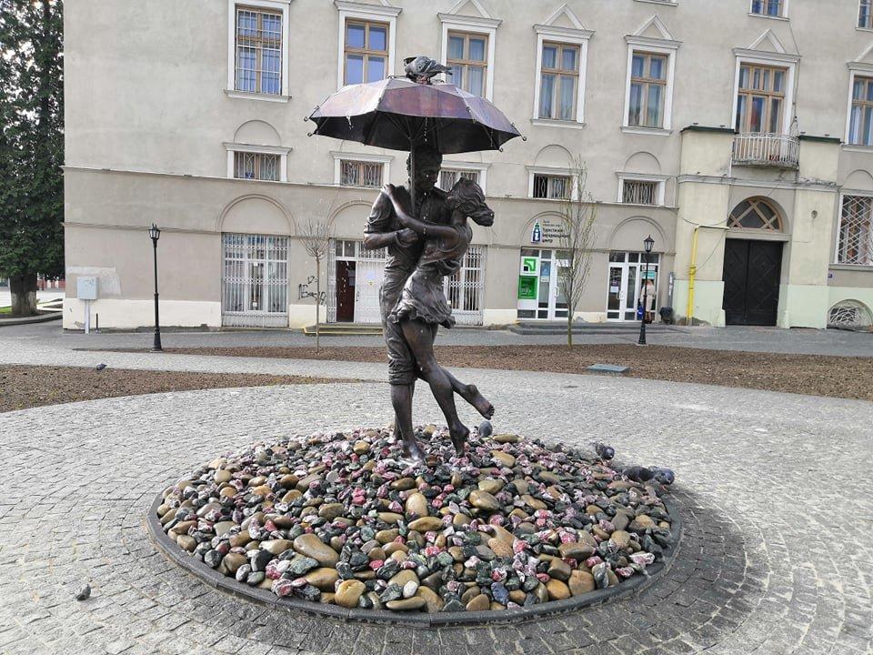 """У Дрогобичі на площі Ринок запрацював фонтан. Відео """"Закоханої пари під дощем"""", фото-1, Дрогобицька міська рада"""