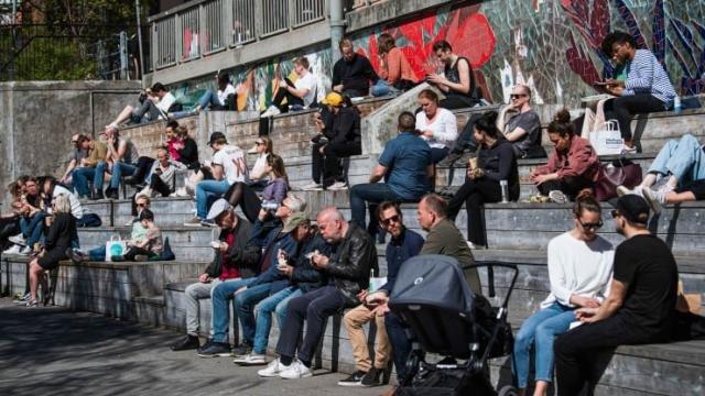 Жителі Стокгольму 21 квітня 2020 року під час нової пандемії коронавірусу, Фото - cnbc