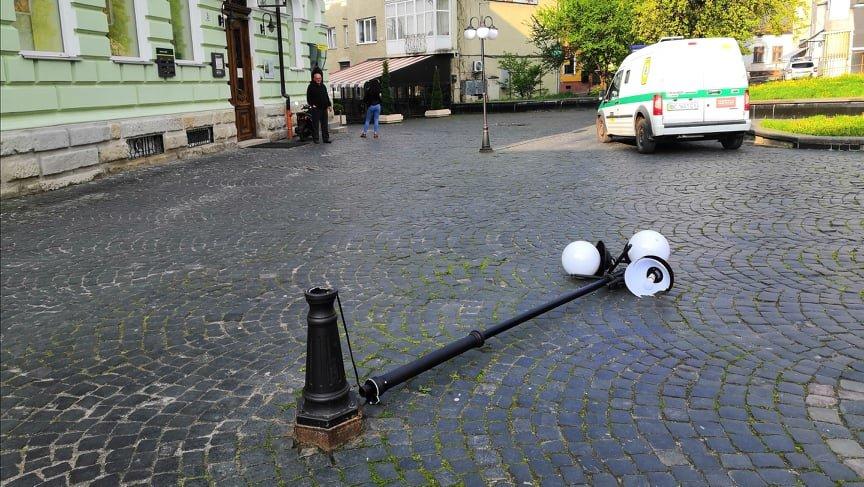У Дрогобичі зламали ліхтар на 40 тис. грн. Хто впізнає вандала?, фото-1, фото - Дрогобицька міська рада