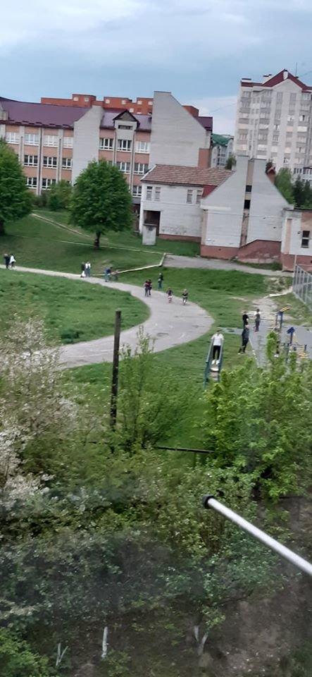 Як дотримуються карантину в Трускавці? Фото стадіону біля школи №3, фото-1, фото - Валерія Гук