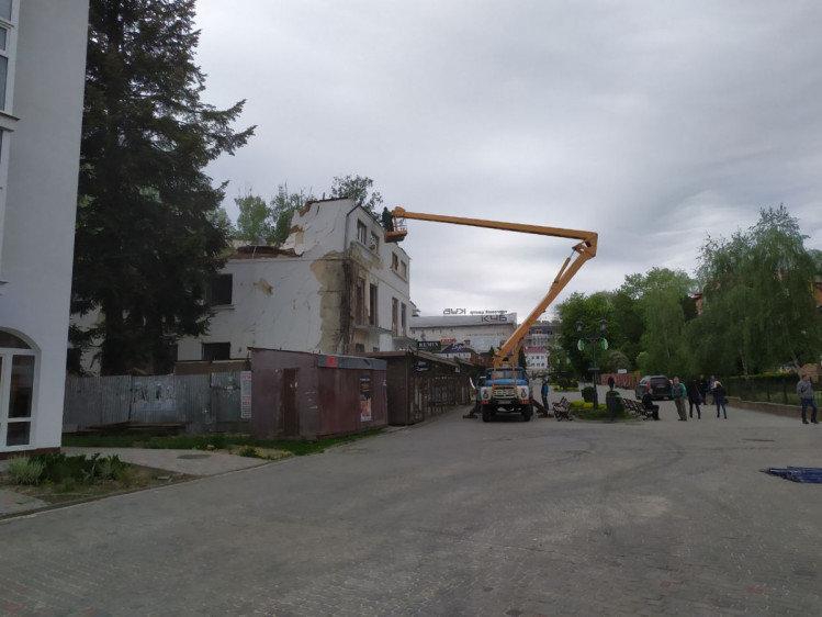 У центрі Трускавця розбирали старий аварійний будинок, фото-1, фото - viv.depo.ua