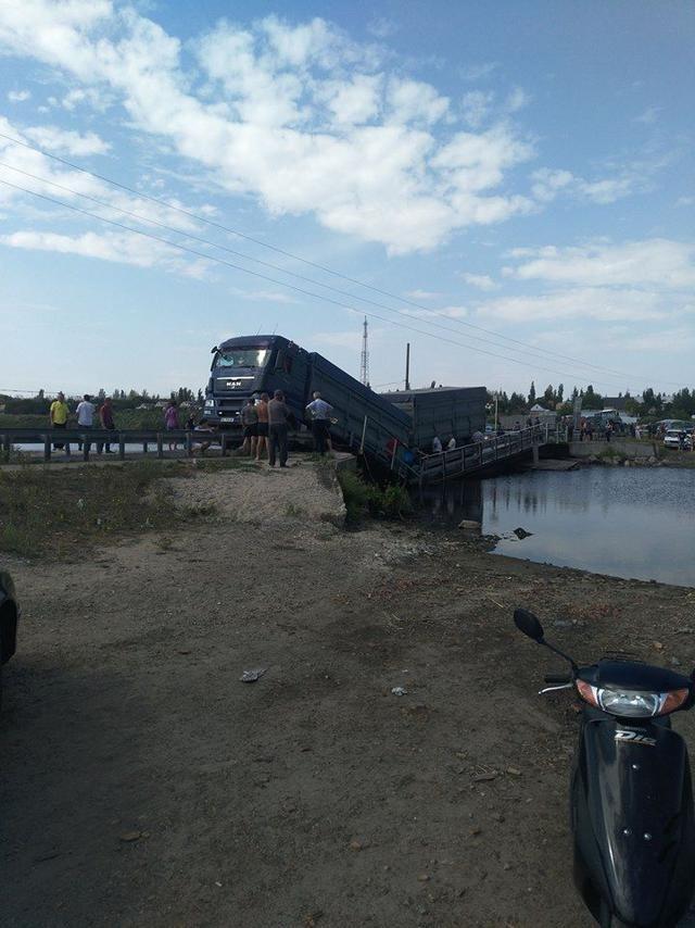 Під вантажівками обвалилися мости на Тернопільщині та Миколаївщині, фото-4