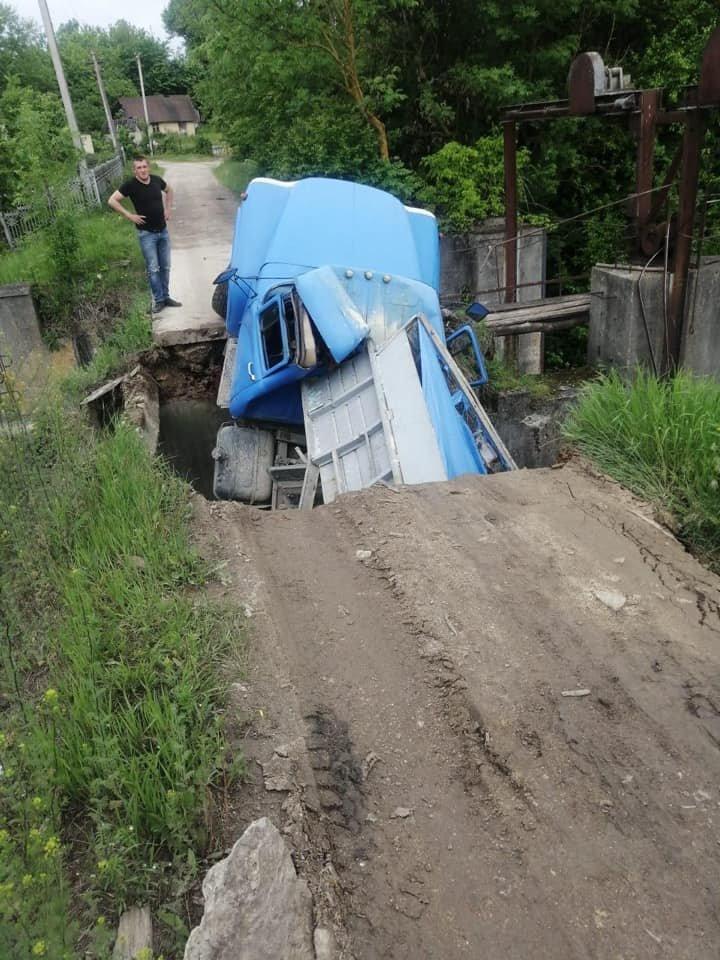 Під вантажівками обвалилися мости на Тернопільщині та Миколаївщині, фото-2