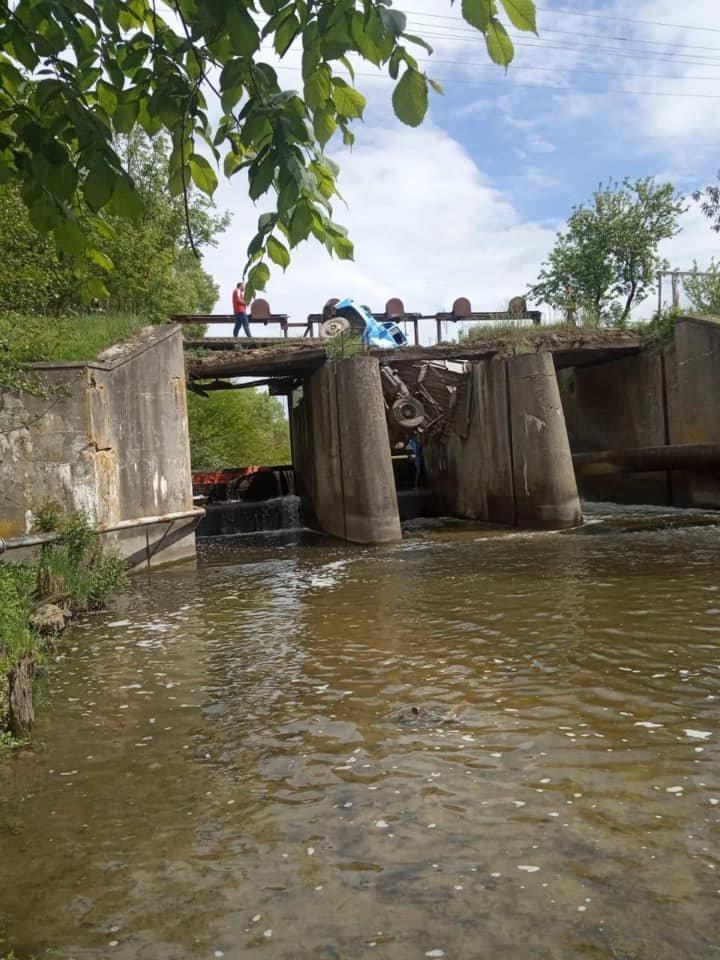 Під вантажівками обвалилися мости на Тернопільщині та Миколаївщині, фото-1