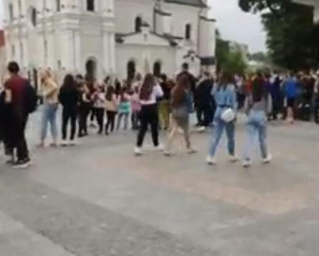 Масовий захід у центрі Дрогобича. Сотні підлітків прийшли на квест (Відео), фото-1