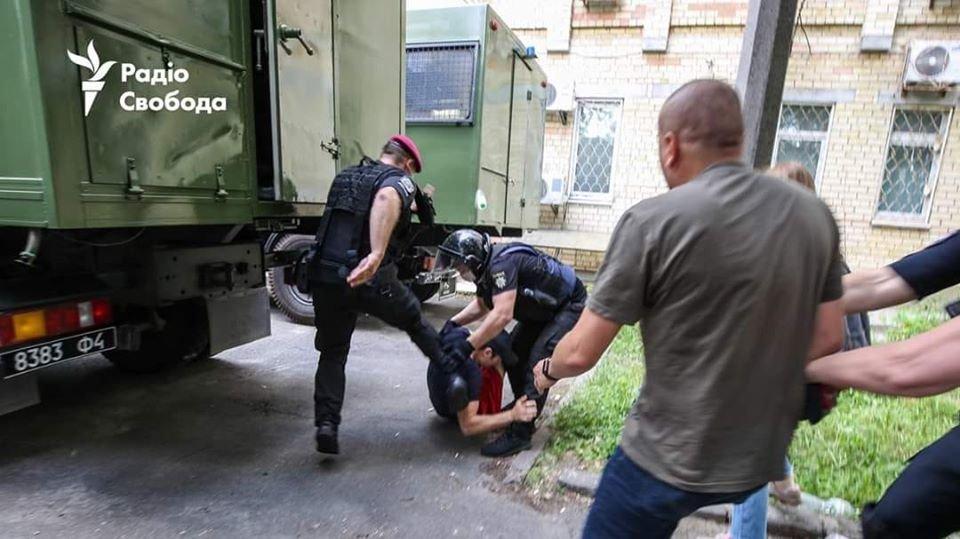 """Били ногами: свавілля """"поліцейських"""" під Шевченківським судом, фото-1"""