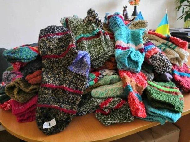 У Дрогобичі жінка зв'язала 500 пар шкарпеток для військових, фото-1