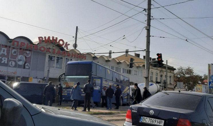 Автобус Трускавець-Львів протаранив три автомобілі і вилетів на колію, фото-1
